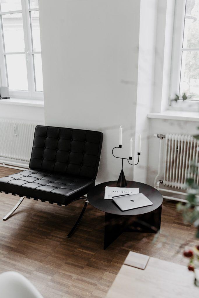 Barcelona Chair Knoll ,  Hay Slit Table XL © Wiener Wohnsinn