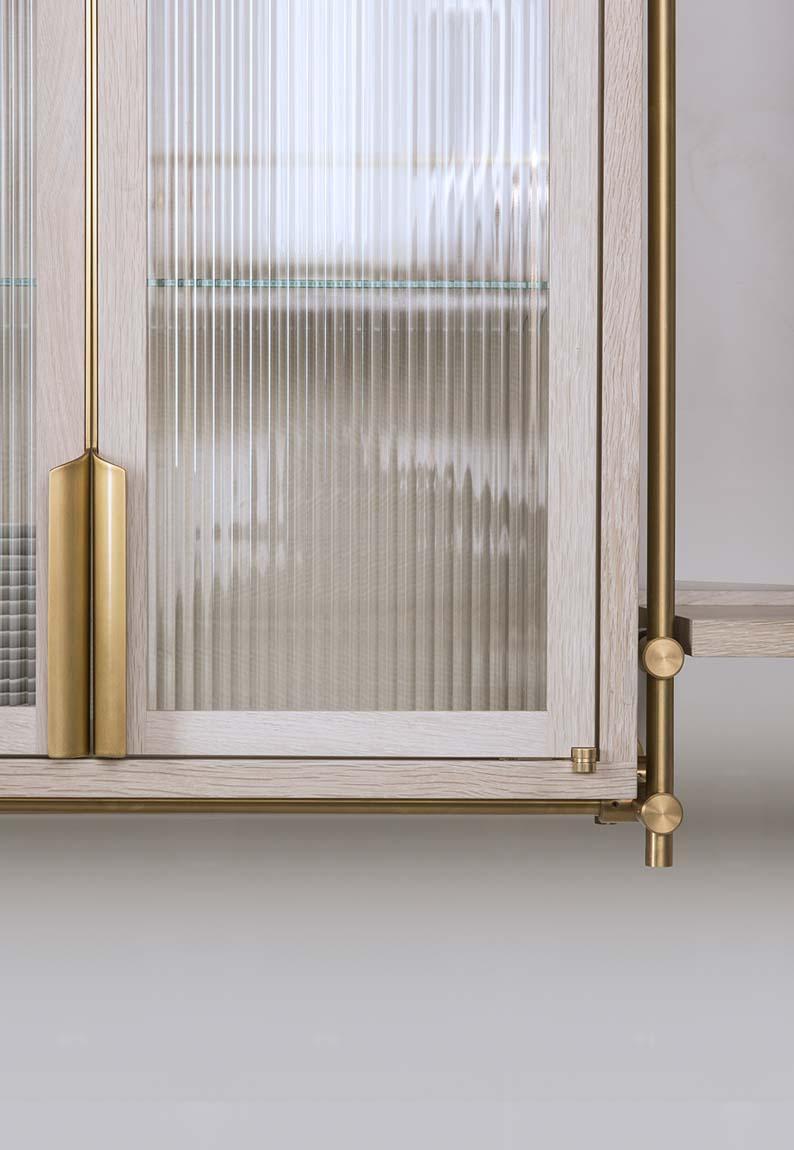 Geriffeltes Glas - Küchenfront mit Strukturglas und Messing © Wiener Wohnsinn , Image via Amuneal