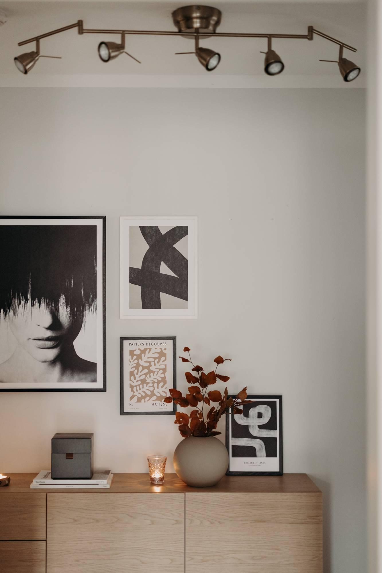 Eine Bilderwand im Flur mit Desenio © Wiener Wohnsinn